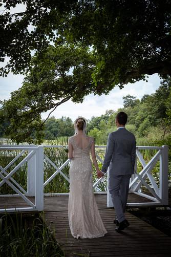 Romantisk brudpar ved den hvide bro i Herthadalen i Lejre ved Roskilde