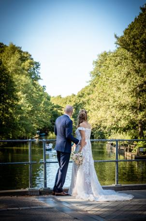 Brudepar kigger ud over vandet  ved Frederiksdal Sinatur Hotel og Konference i Lyngby