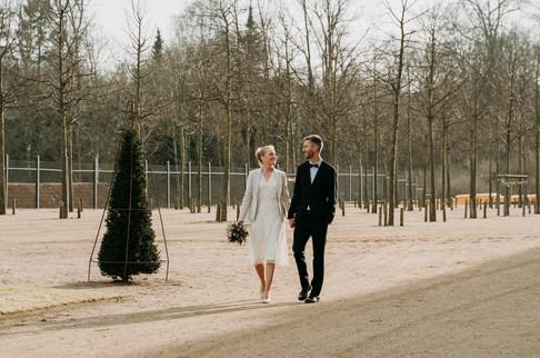 Brudepar fotograferet ved Frederiksberg slot                           om vinteren