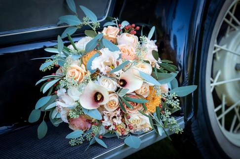 Smuk brudebuket ligger på veteranbilen.