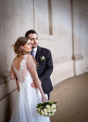 Romantisk bryllupsbillede af brud og gom med bryllupsbuket