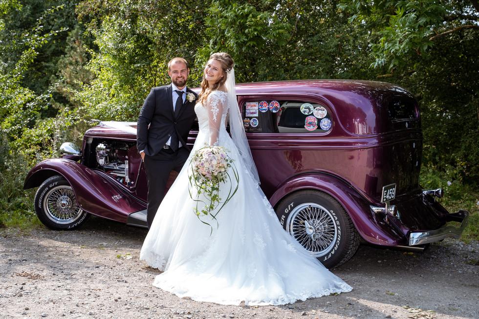 Bryllupsbillede med bil ved Bastrup Sø