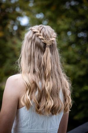 håropsætning til konfirmationen med fletninger og smykke