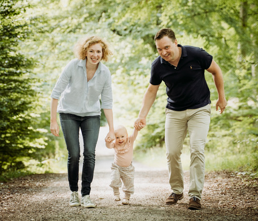 Billeder af mor, far og lille pige i skoven