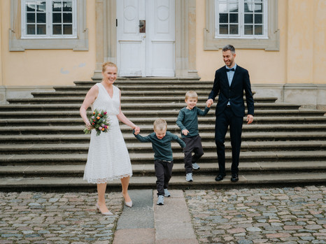 Bryllupsbillede med børn ved kirken