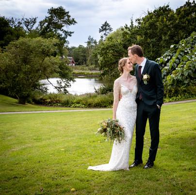Lykkeligt brudepar fotograferet ved sø i Haslev på Midtsjælland