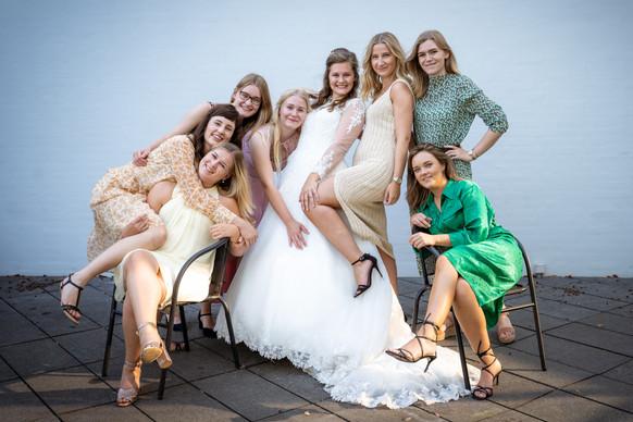 Kreativt gruppebillede af brud og brudepiger