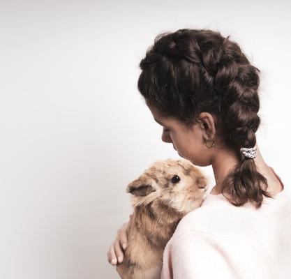 Pige med kanin og fletning