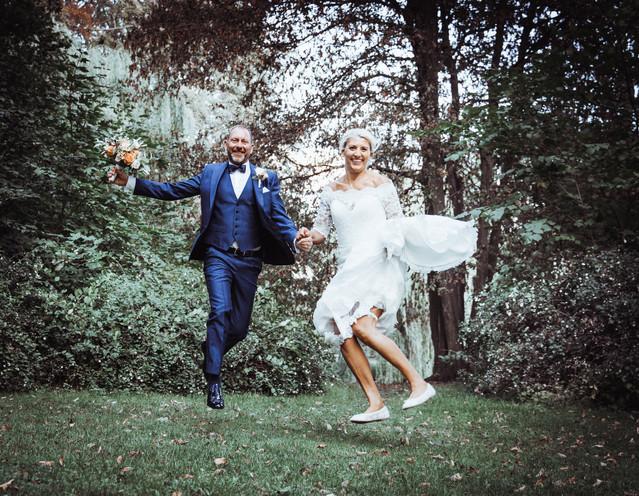 bryllupsbilleder springer ud i det grønne