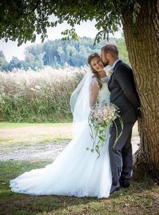 romantisk bryllupsfoto ved Bastrup Sø