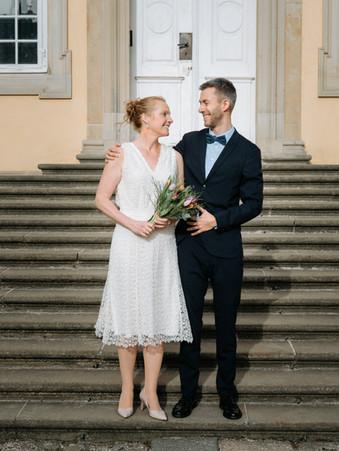 Romantisk bryllupsbillede på trappen foran kirken