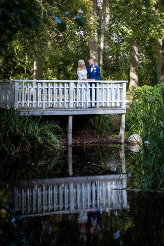 Brudepar romantik på den hvide bro