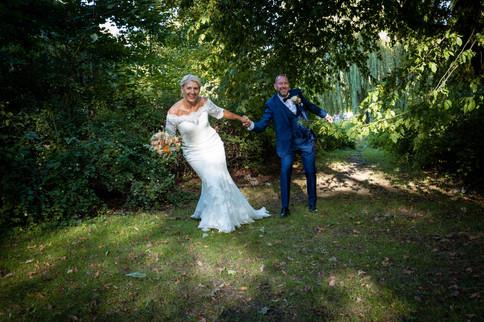 Bruden trækker gommen med sig