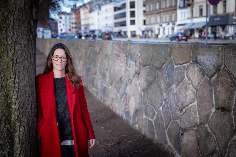 Portræt af forfatter og strategisk rådgiver Anne Marie Berså taget ved Søerne i København