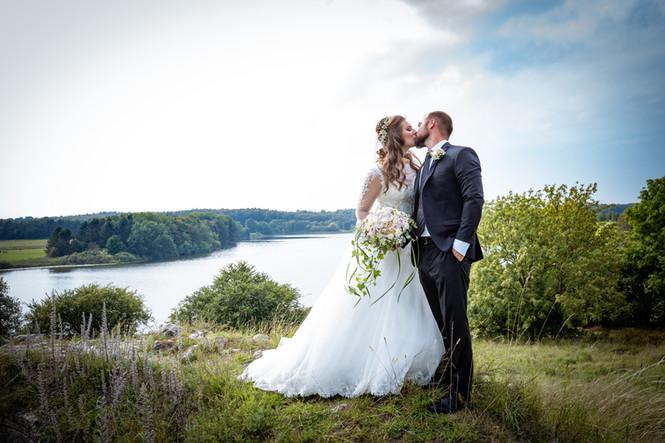 Bryllupsbillede med udsigt over Bastrup sø