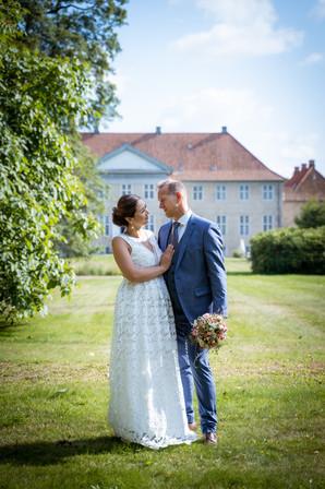 Brud og gom fotograferet i haven ved Skjoldnæsholm ved Ringsted.