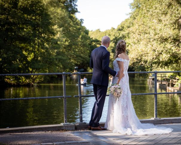 Bryllupsbilleder ved Frederiksdal ved broen med udsigt over søerne