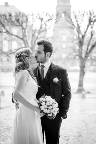 Vinterbillede af brudepar der kysser. Borgerlig vielse.