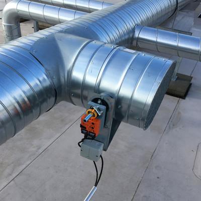 Installation der Lüftungsanlage an Alurohren auf dem Dach