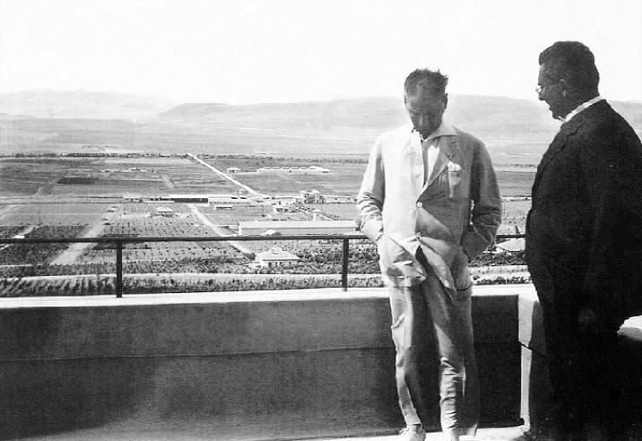 1929_07_14-Gazi Orman Çiftliğinde Marmara Köşkü'nün balkonunda_(14_07_1929)_ 1a (2)(1).png