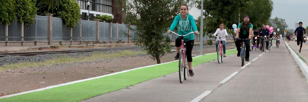 Ciclistas en ciclovía de Gómez Morín, Aguascalientes