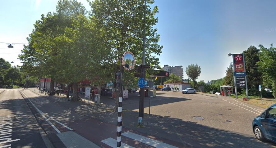 Gasolinera en Amsterdam, la banqueta es segura y dispone de arbolado