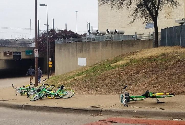 Una de las principales críticas a las bicicletas y scooters compartidos es que comúnmente obstruyen banquetas