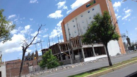 Construcción de hotel en glorieta de Benito Juárez