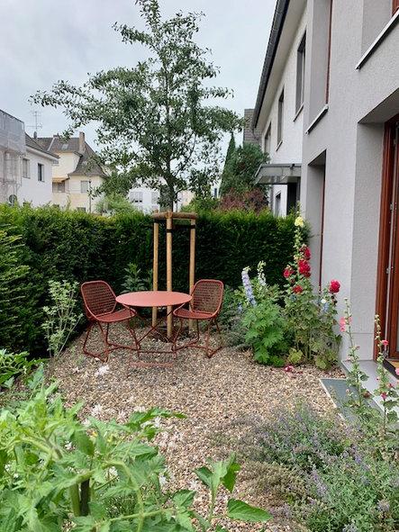 Hortus Conclusus in der Gartenarchitektur. Vorgarten in Südlage, Fermob, Köln