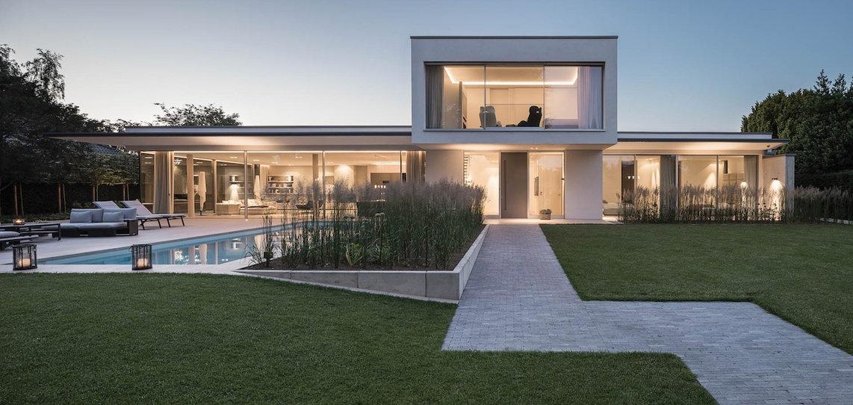 Modernes Gartendesign, großzügiger Poolbereich