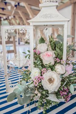 Столы гостей на свадьбе, фонарики