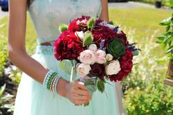 Яркий букет невесты из пионов
