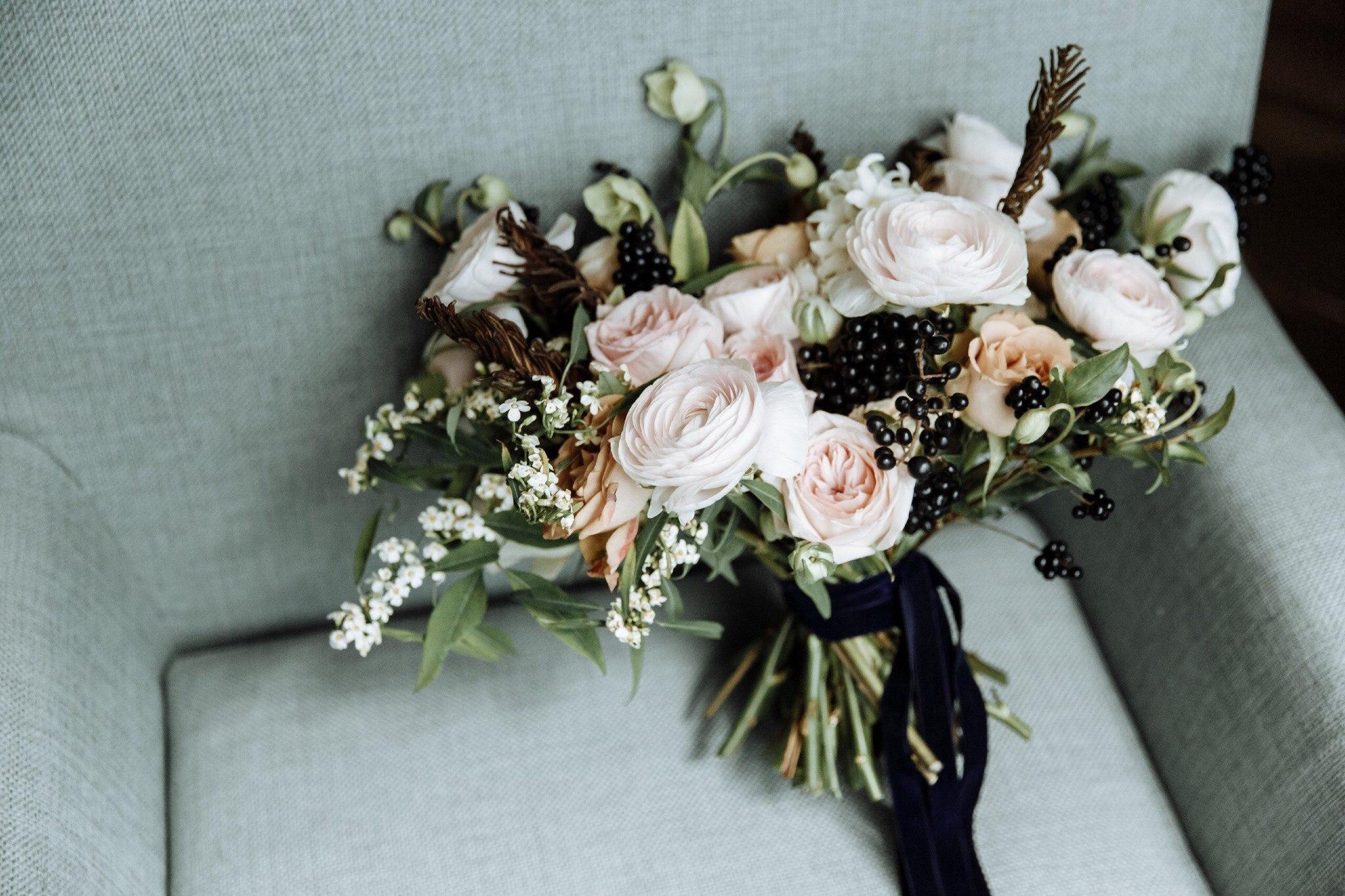 Букет невесты с черным цветом