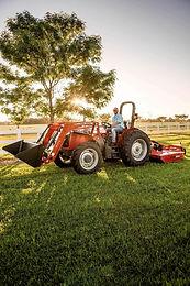 Tracteur Massey Ferguson 2600H sur un terrain