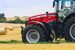 Tracteur Massey Ferguson 8700S sur un terrain