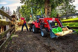 Tracteur Massey Ferguson GC1700 sur un terrain