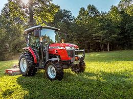 Tracteur Massey Ferguson serie premium M sur un terrain