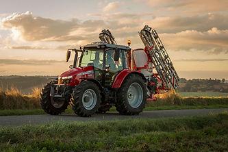 Tracteur Massey Ferguson 5700S sur un terrain