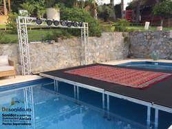 Escenario sobre piscina