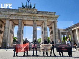 Участники мотопробега #ДорогиПобедыНаБерлин #НочныеВолки пронесли флаг акции #ЭтоНашаПобеда по Европ