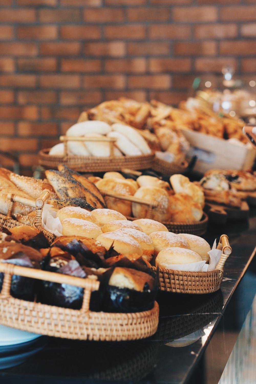 Ultime的吧台前罗列的面食从朴实的酸种面包、芝麻和罂粟籽小法棍、日式芝士面包条、法路车小足球圆白面包;再到香酥薄脆的可颂、水果丹酥、鲜奶油包、玛芬蛋糕等等。