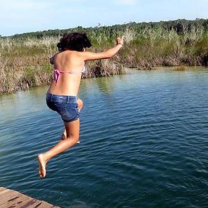 mujer saltando al agua en siijil noh ha quintana roo