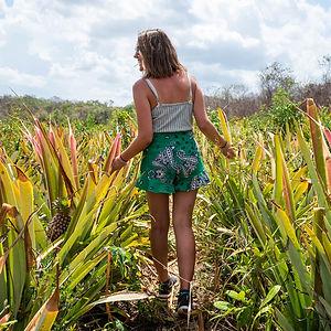 mujer entre plantas en kiichpam kaax quintana roo