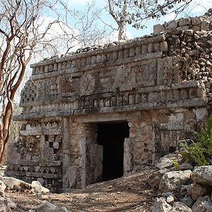 entrada a ruinas mayas en aktun chen ku yucatán