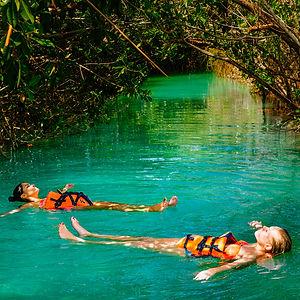 mujeres flotando en el manglar de sian kaan quintana roo
