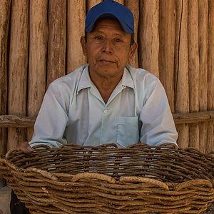 hombre maya de la aldea de pujulá con canasta tejida