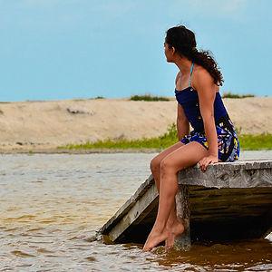 mujer sentada al lado del río en yucatán