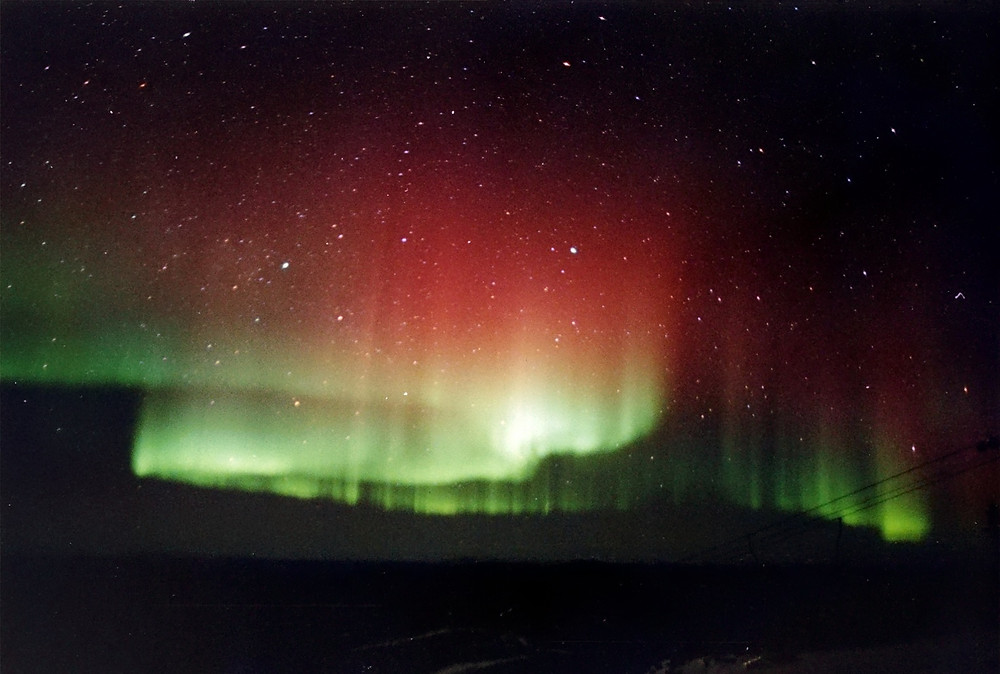 Luces rojas y verdes de una aurora boreal.