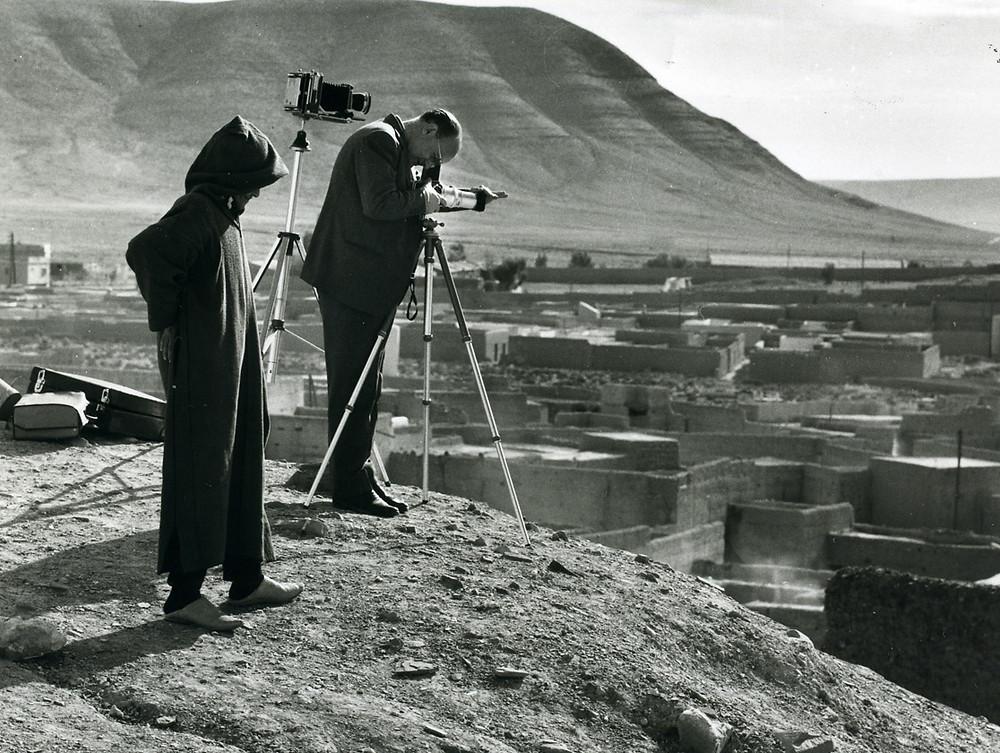Fotógrafo tomando una foto de una de las poblaciones de Ifni.