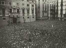 Miles de personas llenan una plaza en apoyo a la proclamación de la Segunda República.
